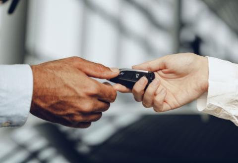当店での販売やオークション会場でのセリが得意なため高く買取ることができます。